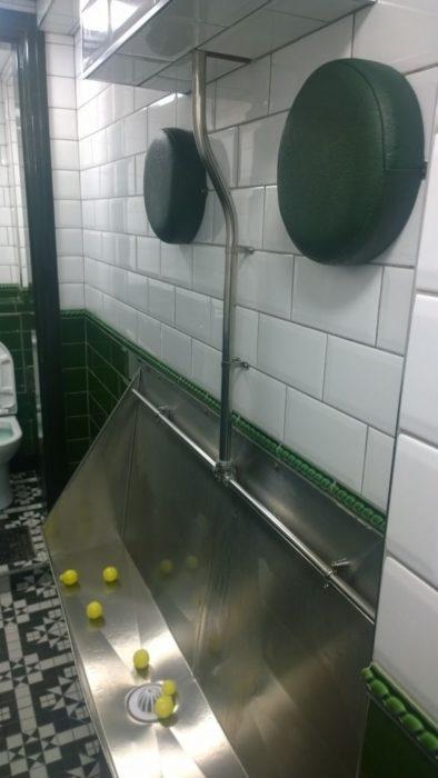 repocabeza en baño público para eludir que los ebrios choquen