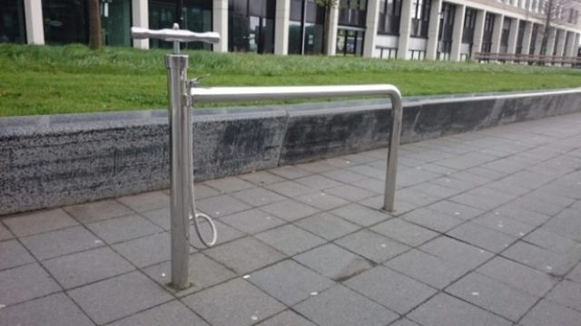 estacionamiento de bicis con bomba de aire
