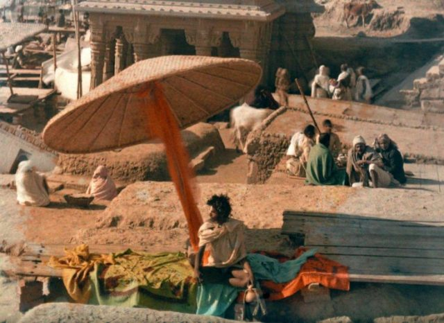 fakir sentado en la orilla del río ganges