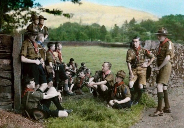 niños scouts bebiendo un reposo después de una caminata