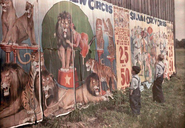 fotografía vieja de 2 pequeños viendo el letrero del circo