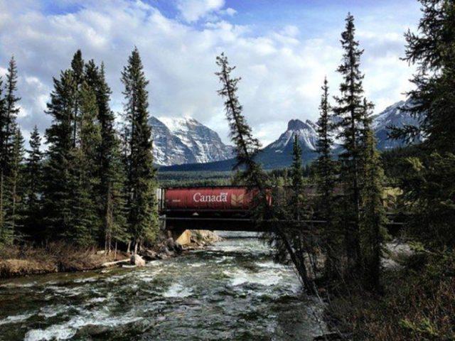 tren pasando en el instante justo en que un vagón denota el nombre del destino