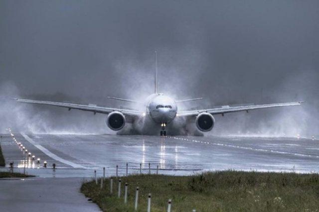 avión rodeado de agua mientras aterriza