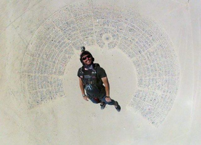 paracaidista rodeado por ciudad