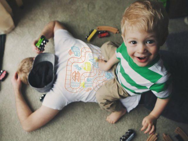 niño jugando en espalda del padre que ésta cansando