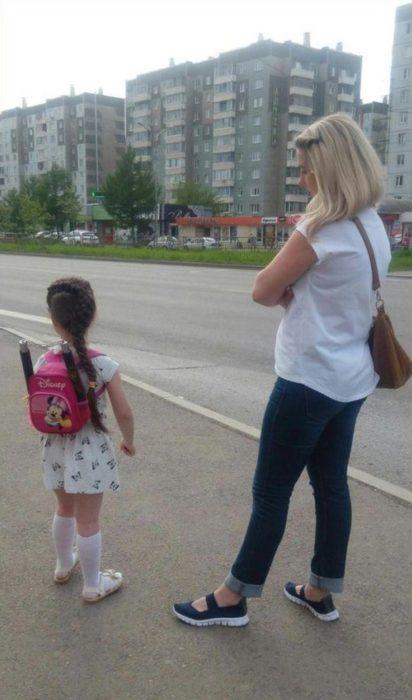 niña utilizando chacos en su mochila