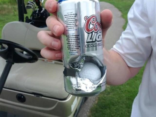 pelota de golf detenida por lata de cerveza