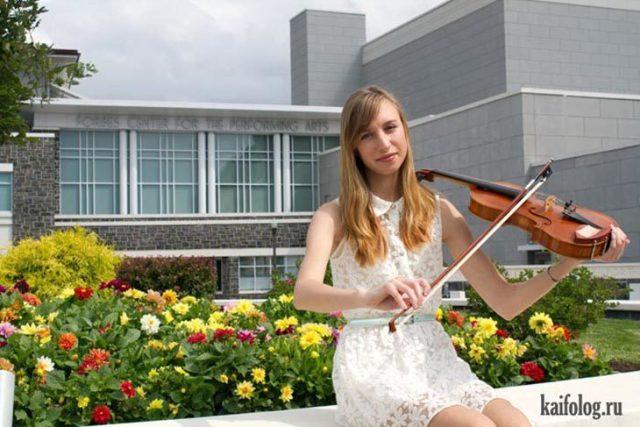 Chica bebiendo el violín de forma equivocada