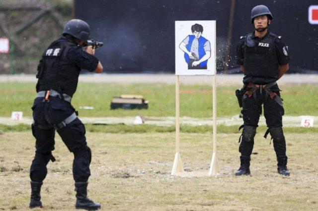 policías en ámbito de tiro 1. de ellos distraído