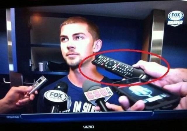 reportero utiliza control remoto en vez de su grabadora