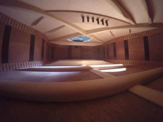 Interior de guitarra que semeja ser una casa de lujo