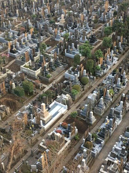 Cementerio visto desde la ventana de un hotel semeja ser una ciudad