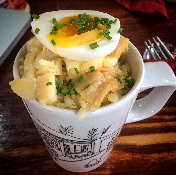 taza con comida y huevo arriba