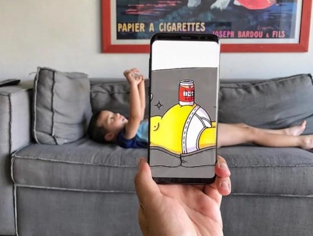 Niño acostado en el sillón, panza de Homero Simpson