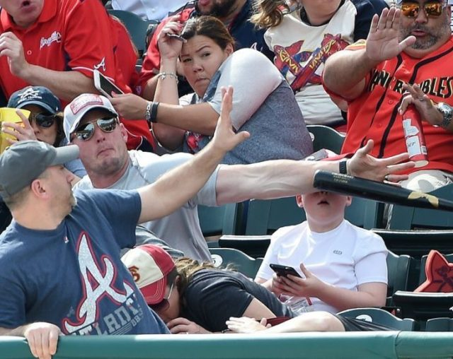 Papá salva a su hijo de ser golpeado con bat en la hacia