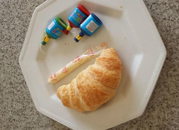 Plato con croissant y cosas raras