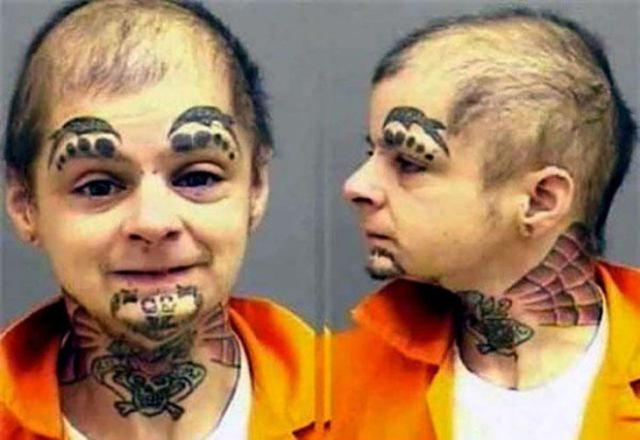 Hombre con tatuajes ajenos en su cara