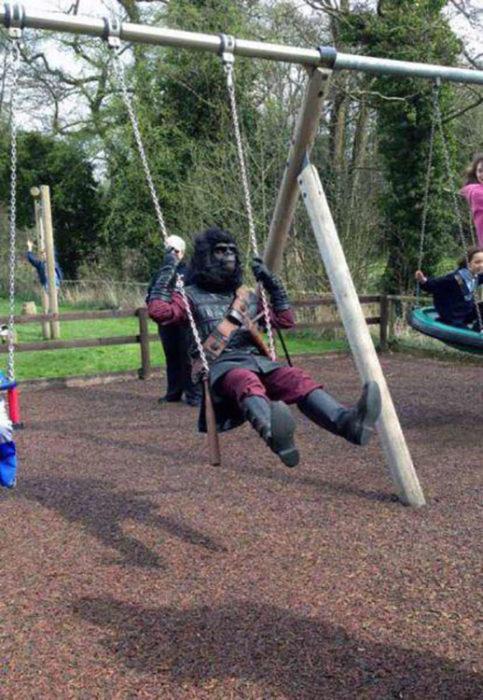 mono jugando en columpios de parque