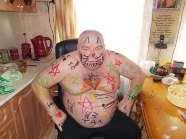 hombre con muchos dibujos hechos por pequeños en si cuerpo