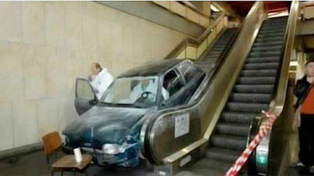automovil se mete a estación de metro