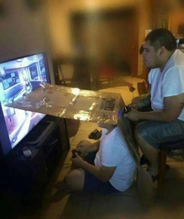 jóvenes jugando videojuegos separados por cartón