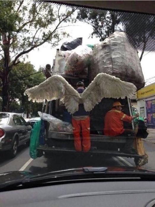 Un recolector de basura utilizando alas