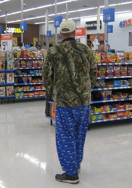 hombre en pantalón pijama