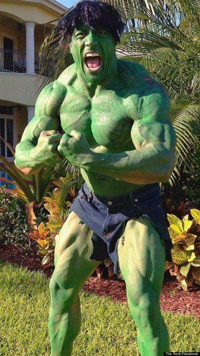 La roca con disfraz de hulk