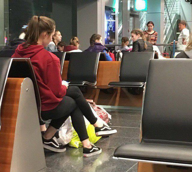 Mujer con 3 piernas en el aeropuerto