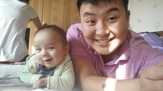 niño y adulto sonriendo cámara