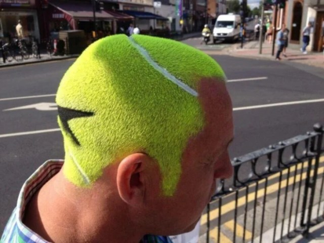 Hombre con pelo de pelota de tennis