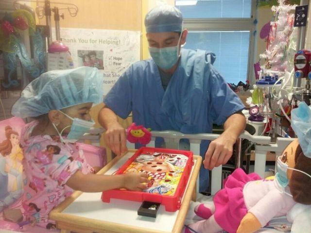 pediatra jugando