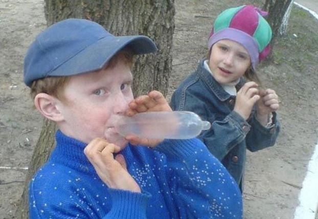 Niño inflando un condón