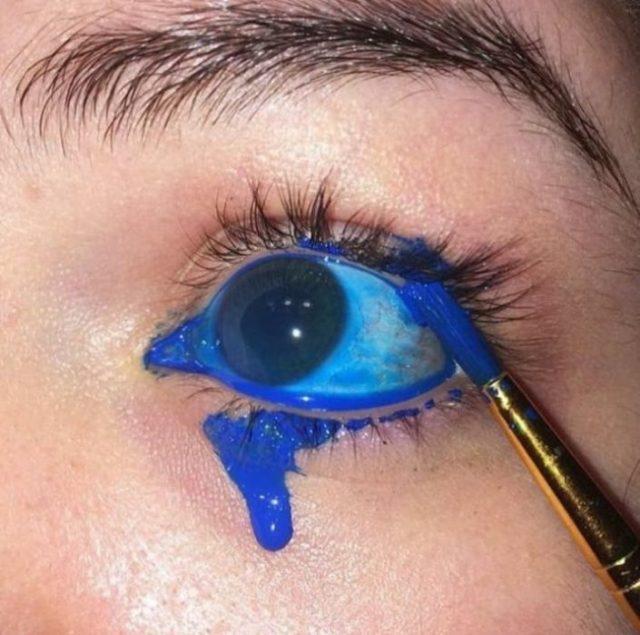 ojo con pintura azul