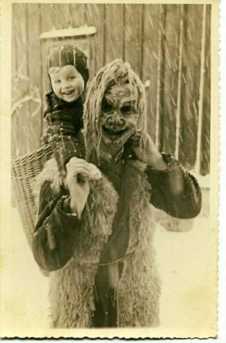 cargando a su hijo espalda fotografías perturbadoras