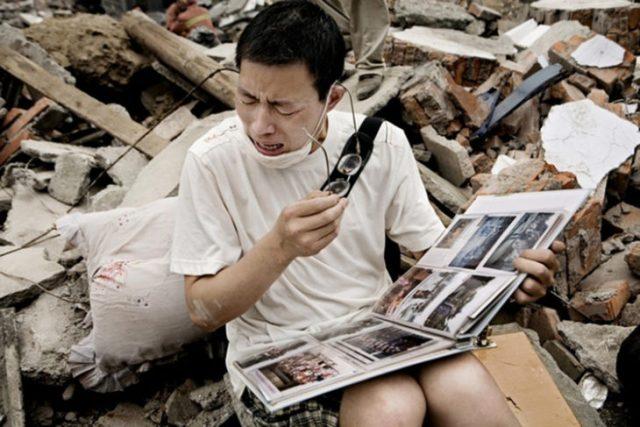 Hombre llora al ver el album doméstica después de la muerte de ellos