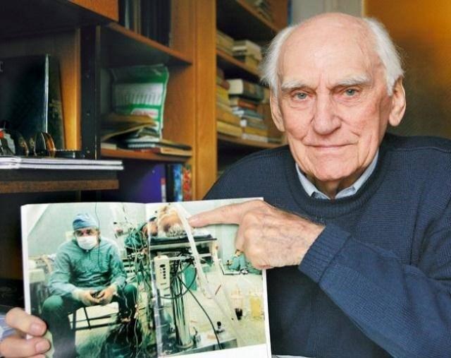 Hombre muestra fotografía de operación