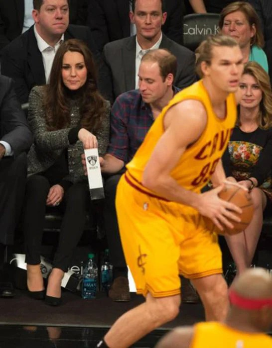Kate Middleton mira a jugador de basket