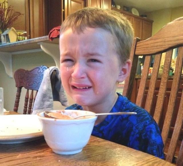 niño llorando por cereal