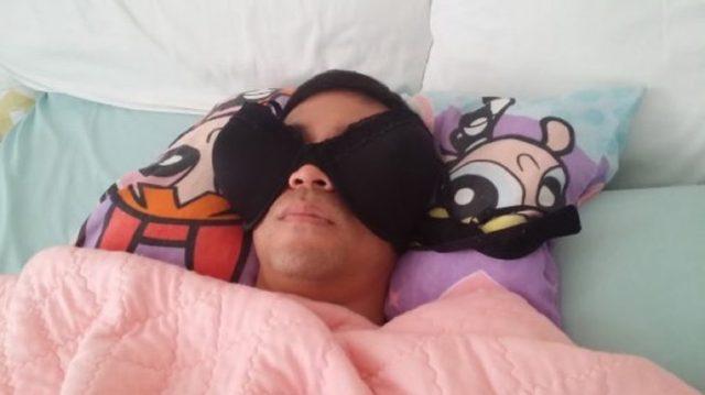 hombre dormido bra en los ojos