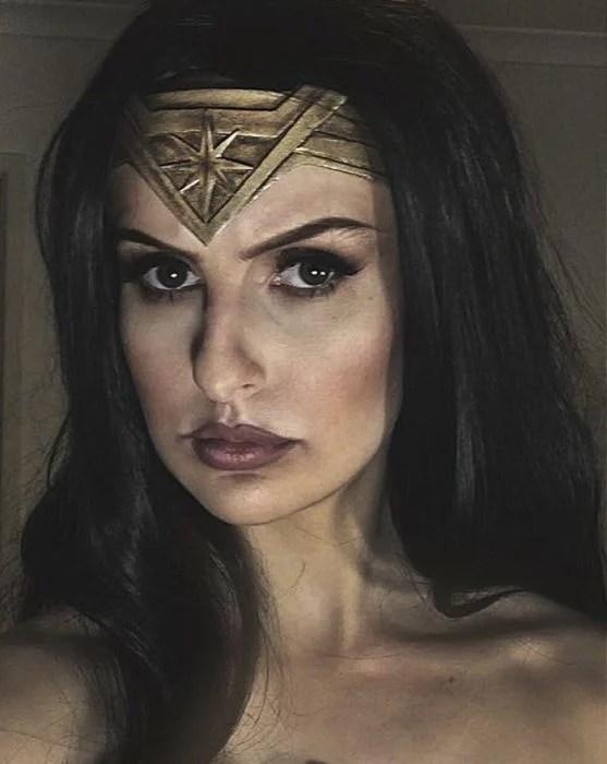 Maquillista hace armadura de la mujer maravilla