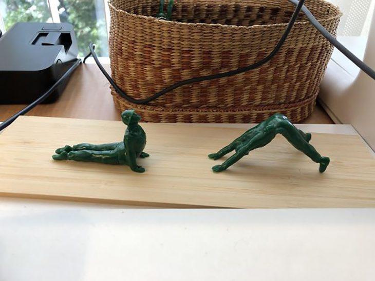 soldaditos en poses de yoga