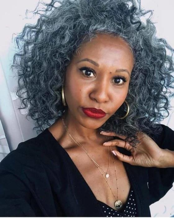 mujer con afro con canas