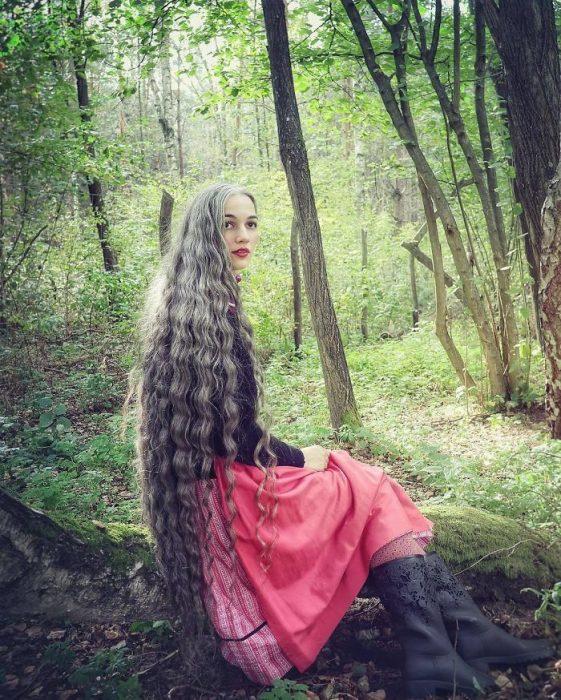 mujer con el cabello largo y canas