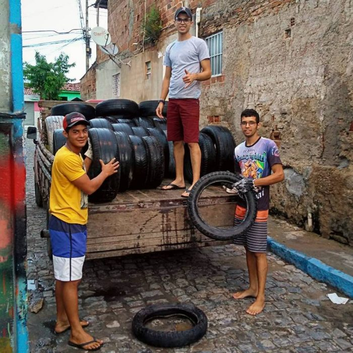personas en camioneta con neumáticos