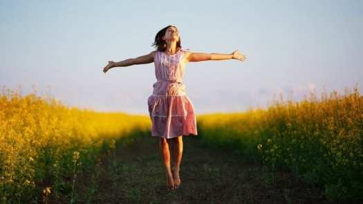 chica feliz con pensamientos bonitos