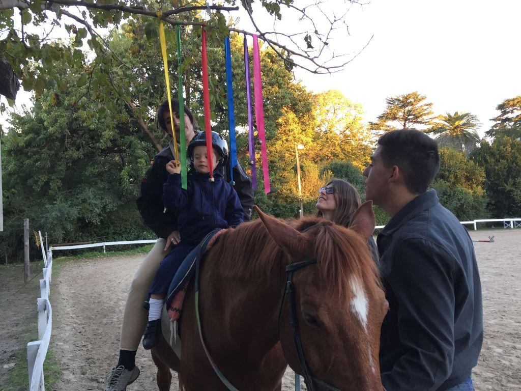 Inkaki realiza varias actividades sobre el caballo. Fotos: Lucia Wei He.