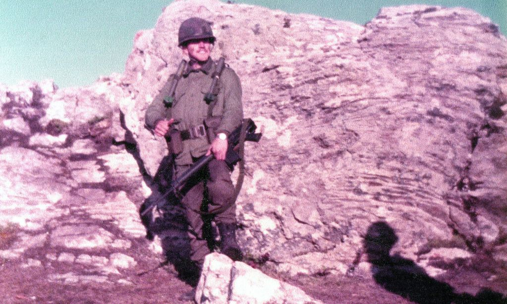 El coronel Vilgré Lamadrid en el Monte Dos Hermanas, en plena guerra. 1982. Tenía entonces 21 años.