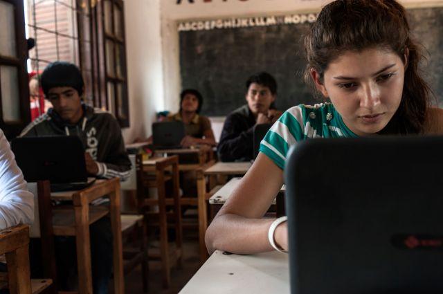 """Unicef ayuda a crear secundarios """"virtuales"""": los chicos cursan desde una notebook."""