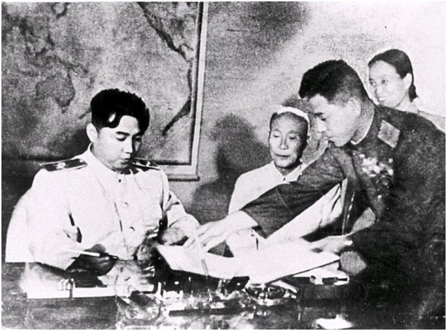 Kim Il-sung, líder norcoreano, firmando el armisticio en 1953. Foto: Wikimedia.